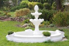 Fonte decorativa no jardim Imagem de Stock