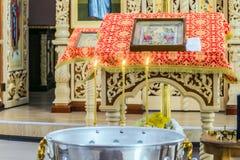 Fonte dell'acqua santa per battezzare cerimonia in cattedrale ortodossa Fotografie Stock