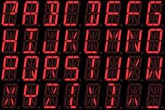 Fonte di Digital dalle lettere maiuscole sull'esposizione di LED alfanumerica rossa Fotografie Stock