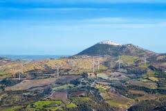 Fonte di energia rinnovabile del generatore eolico su paesaggio Immagini Stock Libere da Diritti