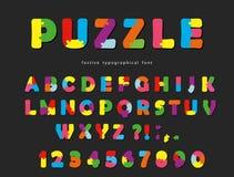 Fonte di puzzle Lettere creative variopinte e numeri di ABC su un fondo nero Immagini Stock