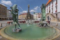 Fonte do Arion e a coluna da trindade no quadrado superior em Olomouc, República Checa foto de stock