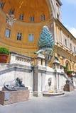 Fonte do cone do pinho (della Pigna de Fontana) no museu do Vaticano, Roma Fotografia de Stock