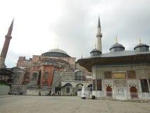 A fonte do museu de Ahmed III e de Hagia Sophia no fundo, Istambul foto de stock
