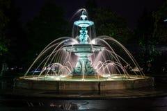 A fonte do parque de Europa na noite foto de stock royalty free