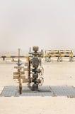Fonte do poço de petróleo no campo petrolífero de Barém foto de stock