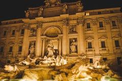 Fonte do Trevi com iluminação na noite fotos de stock royalty free