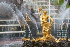 Fonte dourada de Samson em Peterhof perto de St Petersburg Imagens de Stock Royalty Free