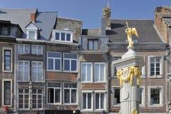 Fonte dourada e fachadas velhas, namur fotografia de stock royalty free