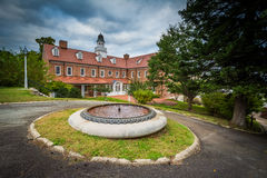 Fonte e construção em Salem College, em Winston-Salem, norte Foto de Stock