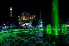 Fonte e Hagia Sófia em Istambul, Turquia imagem de stock