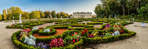 Fonte e jardim perto do palácio de Branicki em Bialystok Foto de Stock