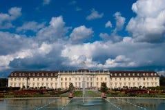 Fonte e a lagoa perto do palácio real imagens de stock royalty free