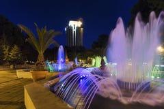 A fonte e a noite iluminam-se no parque da câmara municipal fotografia de stock royalty free