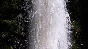 Fonte e pulverizador da água no movimento lento filme