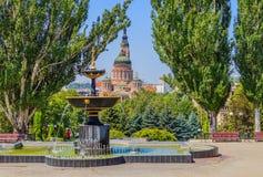 Fonte em um fundo da catedral do aviso (Kharkiv) Fotografia de Stock Royalty Free