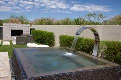 Fonte exterior do jardim da casa luxuosa da mansão Imagens de Stock Royalty Free