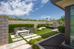 Fonte exterior do jardim da casa luxuosa da mansão Foto de Stock