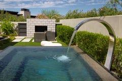 Fonte exterior do jardim da casa luxuosa da mansão Fotografia de Stock Royalty Free
