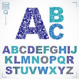 A fonte floral, letras principais do alfabeto do vetor desenhado à mão decora ilustração stock