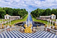 A fonte grande da cascata no patrimônio mundial do UNESCO de Peterhof imagem de stock royalty free