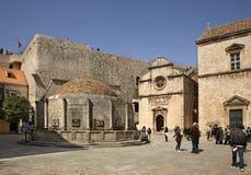 Fonte grande de Onofrio e de igreja do salvador do St em Dubrovnik Croácia Imagens de Stock