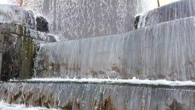 Fonte grande no parque, volume de água que cai para baixo na água no movimento lento ultra HD da fonte, 4K filme