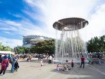 Fonte ic?nica no c?rculo de prata dado forma no parque de Sydney Olympic imagens de stock royalty free