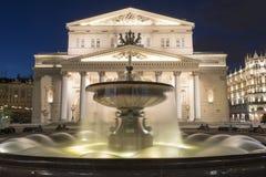 fonte iluminada e grande teatro de Moscou no nig Foto de Stock Royalty Free
