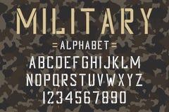 Fonte militar do estêncil Alfabeto e números do estêncil do exército no fundo da camuflagem Caráter tipo do vintage ilustração royalty free