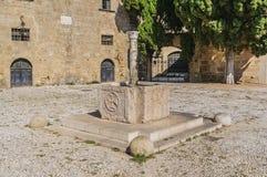 Fonte muito velha de água no quadrado medieval de Argyrokastro Cidade de Rhodes Old, Grécia fotografia de stock
