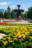 Fonte na arboreto-exposição da cidade em Yekaterinburg, Rússia, ajardinando a vista Imagem de Stock