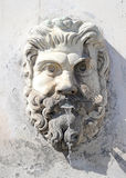 Fonte na forma de uma cabeça masculina com uma barba no pátio do Vaticano, Roma, Itália foto de stock royalty free