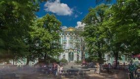 Fonte na frente da fachada ocidental do hyperlapse do timelapse do palácio do inverno ST Petersburgo, Rússia filme