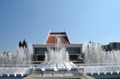 Fonte na frente do teatro musical, a cidade de Omsk, Sibéria fotografia de stock royalty free