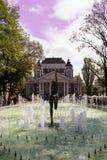 Fonte na frente do teatro nacional em Sófia, Bulgária Imagem de Stock