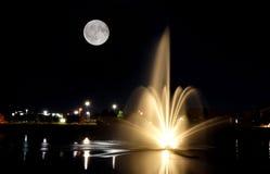 Fonte na noite com Lua cheia Fotografia de Stock