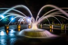 Fonte na noite no parque de margem em Charleston, Ca sul fotos de stock royalty free