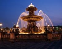 Fonte na noite, Paris, França. Imagens de Stock