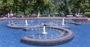 Fonte no cais do rio Volga no Samara da cidade em Rússia video estoque