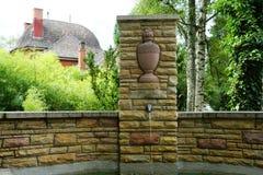 Fonte no cemitério pelo crematório no tuttlingen fotos de stock