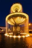 Fonte no Geschwister-Scholl-Platz na noite. Munich, Fotografia de Stock Royalty Free
