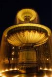 Fonte no Geschwister-Scholl-Platz na noite. Munich, Fotografia de Stock