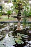 Fonte no jardim foto de stock
