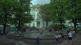 A fonte no palácio do inverno em St Petersburg 4K video estoque