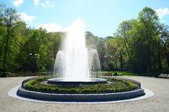 Fonte no parque de Uzupis na cidade de Vilnius fotografia de stock
