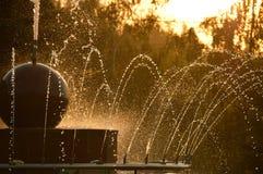 Fonte no por do sol Gotas congeladas da água fotografia de stock royalty free