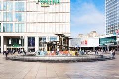 Fonte no quadrado de Alexanderplatz em Berlim Foto de Stock