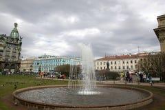 Fonte no quadrado na frente da catedral de Kazan em St Petersburg Fotos de Stock Royalty Free
