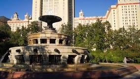 Fonte no quadrado na frente da construção principal da universidade estadual de Moscou vídeos de arquivo